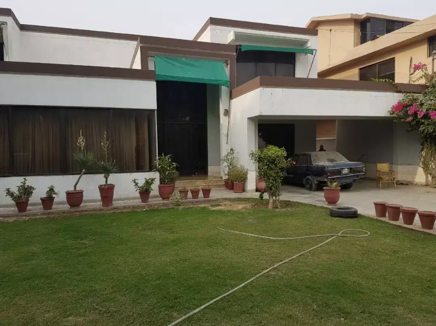 2 Kanal Used Banglow 5 Beds Attached Bath Lash Green Lawn Phase 2 DHA Lahore